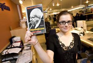 Maja Arnautovic i biblioteksreceptionen visar upp den drygt 37 år försenade låneboken.