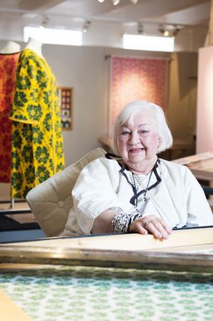 Inga-Lill Westman har lånat ut mängder av material till utställningen på Dalarnas museum. Här framför tryckbordet med mönstret