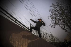Tim Rönnlund poserar på kanten till gångtunneln. (Obs, och nej, han befinner sig inte på spåret).