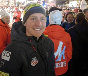 Kyle Bratrud från det amerikanska herrlaget var på plats med övriga lagkamrater för att hylla damerna.