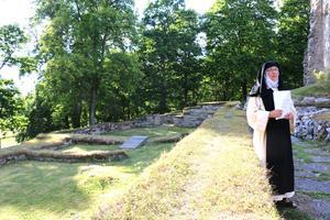 På klostergården begravdes nunnorna. Runt den gick det en klostergång som skulle symbolisera evigheten. På Riseberga har den gången brutits, varför kan ingen svara på. Det är fortfarande ett mysterium.
