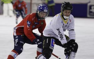 Edsbyns Oscar Wikblad och Tony Eklind i duell i elitseriepremiären säsongen 2015/2016.