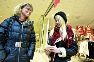 Marie Davidsson är noga med att alltid ta kvitto och sparar dem någon vecka. Dottern Josefine Eriksson ser till att spara klädkvitton.