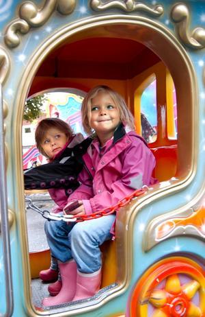 Karusellerna är det roligaste av allt på marknaden tycker Ebba och Tilda Skaret.