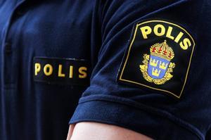Polisen misstänker en man för rattfylleri efter en singelolycka under natten mot lördag.
