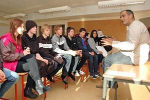 """FRAMTIDSDAGAR. Badmästare Mladen Car berättar om sitt yrke för elever i klass 9 på Aspenskolan. Information från yrkesfolk är en av delarna i Aspenskolans """"Framtidsdagar""""."""