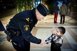 Hej hej. En del i polisens arbete i Vivalla är att gå runt och prata med folk. Här hälsar Magnus Bernestål på Liridon Budeci, två år .
