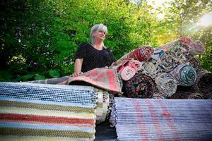 Det kan vara svårt att få tag på fräscha gamla trasmattor. Den här mattan, som är en av Ingelas favoriter, är från slutet av 1800-talet och i fint skick.