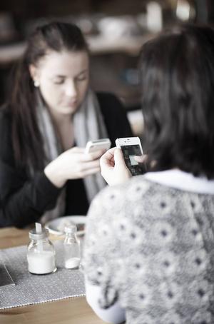 Både Telenor och Telia har noterat en kraftig ökning i det mobila surfandet i sommar.
