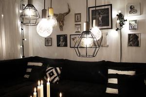 Många lampor, tända ljus och en öppen brasa skapar en fantastiskt mysig stämning i lägenheten.