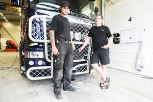 Att bygga på frontskydd på lastbilar är en av de sysslor som Tommy Persson får lära sig på företaget.