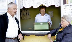 Det är hemskt! Sven Delin och frun AnnMarie Delin pratar med Anna-Lisa Törmenen om den oroväckande varselnyheten.