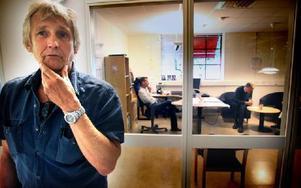 -- Det är så märkligt. Kenneth Malmqvist, klubbordförande, ser ut över den öde maskinhallen. I bakgrunden samtalar platschefen Håkan Setterström med konkursförvaltaren.FOTO: STAFFAN BJÖRKLUND