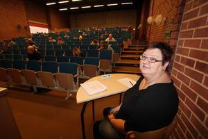 Provledaren Annalena Svedberg Levin noterade att 69 personer var anmälda till högskoleprovet. Till sin hjälp under dagen hade hon två assistenter.