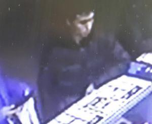 Mannen som nu jagas fastnade här på en övervakningsbild en tid innan attacken på nattklubben.
