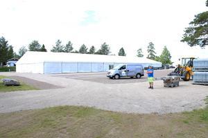Tävlingsarenan växer fram. Tälten och andra byggnationer är på plats.