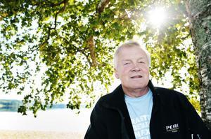 Ingvar Persson på ett soligt Långnäs. Han tillhör dem som stöder utbyggnaden av campingen och han vill se fortsatta satsningar i området.