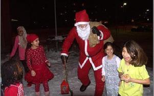 När barnen såg att tomten var på väg sprang de ut för att möta honom.FOTO: ANNA ENBOM