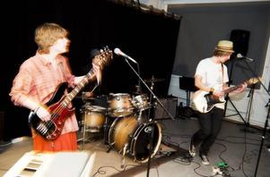 What up! trio är ett nystartat Gävleband som spelar musik inspirerad av både blues och världsmusik. De kör inga covers utan skriver alla sina låtar själva.
