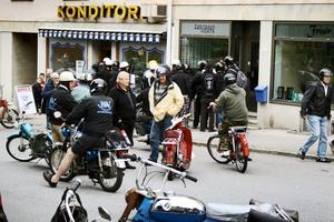 Moppeinvasion. Det blev trångt framför konditoriet i Pålsboda när 106 mopedister skulle svara på tipspromenadfrågor.