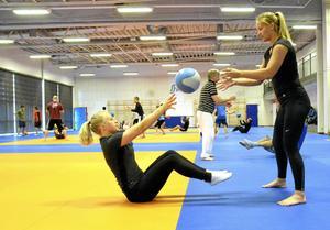Roligt. Klubbkompisarna Tilda Avesson, sittande och Lina Matérne körde medicinbollsövningarna tillsammans.  BILD: ULRIKA STOETZER