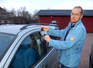 Petri Sten Stenport visar den speciella box på sidorutan där startnyckeln förvaras. Varje medlem i bilpoolen har en nyckel till boxen.