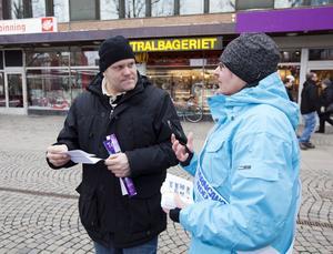 INFORMATION. Anna-Carin Öberg från Barncancerföreningen Mellansverige ger Johan Myrttinen från Skutskär en broschyr med information om barncancer.