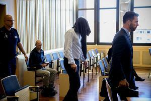 Dold av en tröja leddes den misstänkte mannen in i rättsalen.
