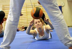 Tungt. Mathilda Eriksson tyckte att träningspasset med medicinboll var tufft. Vissa av övningarna var riktigt jobbiga.  BILD: ULRIKA STOETZER
