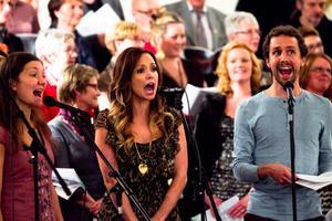 Martina Sahlin sjunger tillsammans med Anna Sahlin och Jonas Eklund.