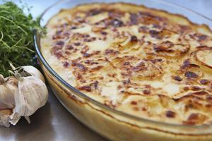 Potatisgratäng kräver vinterpotatis för att hålla ihop. Vitlök är ett måste och timjan ger extra smak.