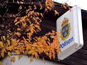 En yngre man från Ånge kommun hotade att spränga en polisman i bitar i samband med ett ingripande tidigare i år.