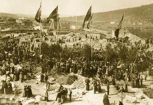 Det myllrade av folk på kyrkbacken den 10 augusti 1891 när det äntligen var dags för grundläggningen till Sundsvalls nya kyrka. Fotot taget från Altinska skolan på andra sidan Skolhusallén.
