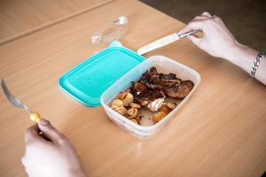 Matlådan består av stekt potatis och kycklig.