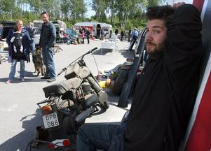 Mattias Lund från Trönö med sin gamla motorcykel av märket Monark, vars bossighet vittnar om en lantlig i förvaring på någon loge.
