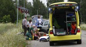 Cyklisten ådrog sig rejäla skrapsår vid fallet mot asfalten. Han fördes i ambulans till sjukhuset.