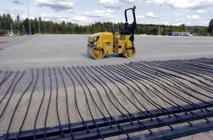 Arbetet med att lägga konstgräs på Ön går snabbt framåt och snart kommer mattan att rullas ut.