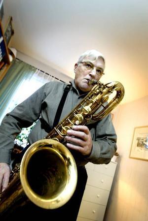 Saxofon från andra sidan atlanten. Barytonsaxofonen av märket Buescher har hängt med Yngve Magnusson sedan 1952 och inhandlades av en morbror i USA efter att Yngve skickat ett brev och bett honom fixa en sax.