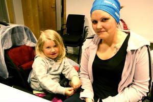 Zindra Jonsson med dottern Nicole Pettersson, tre år, var med på mötet som arrangerades av Föräldraupproret i Östersund. –