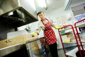 I köket på Lövberga förskola lagar Viola Granath mat åt mellan 60 och 70 personer om dagen. Hon tycker det är bra att förslaget från matutredningen nu dragits tillbaka.