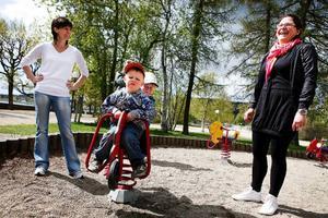Mia Lönn, Östersund, till vänster, är med sonen Albin Englund, 4 år, i Badhusparkens lekpark.– En belöning för att han har hängt med mig på gardinjakt, säger Mia.I parken träffade de dagiskompisen Hugo Godén, 2 år, med mamma Jenny Hellström. De har gjort en paus i flyttbestyren inför nästa helgs flytt till ny bostad på Frösön.– Vi vet vad vi ska göra i helgen, flytta, packa, städa. Men det får gärna bli bra väder. Allt blir roligare när det är fint väder, säger Jenny.Mia och Albin har en helg för sig själva.– Så Albin har fått bestämma vad vi ska göra. Vi ska åka till Storsjöbadet, så jag hoppas på regn, säger Mia.