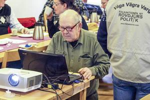 Lokalavdelningens omvalde ordförande Leif Joelsson fixar med datorn. Filmvisning stod på programmet.