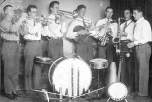 Ett foto på Sajmens orkester som var Långshyttans motsvarighet till Glenn Millers band. I bandet spelade Sven Norling, Torsten Hellsén, bröderna Ragnar, Nisse och Martin Stålberg, Viktor Norholm och Simon Boquist.