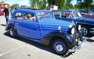En Mercedes 170S av årsmodell 1950 blänker ikapp med jänkarna. Ägare är Ahle Norbäck från Åshammar.