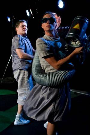 Mimarna Bo W Lindström och Ulrika Mannerfelt växlar smidigt mellan de fyra rollerna i Pantomimteaterns rymdäventyr.Foto: Martin Skoog