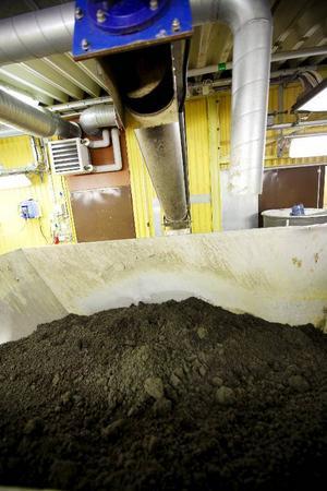 I den här containern hamnar det torra slammet, som i perioder innehåller kadmium. Det är ett mysterium hur det kommer med i avloppsvattnet eftersom det finns strikta restriktioner sedan många år tillbaka vad gäller användning av den ohälsosamma tungmetallen.
