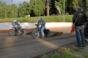 Startklar. Det var ivriga förare som gasade i väg när det tränades starter på Kumla motorstadion.
