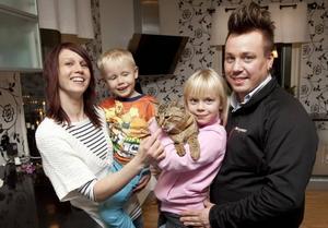 Den stolta familjen Sjöberg med Årets Lussekatt 2009 i famnen. Fr v Anna, Leo, Linn med Texas och Danne.