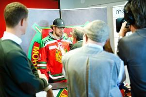På plats. Anžer Kopitar presenterades på torsdagseftermiddagen. NHL-stjärnan får nu spela tillsammans med sin bror.