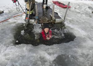 Med en säkerhetslina kring midjan gled både, elever och lärare, försiktigt ned i kalla Stödesjön.
